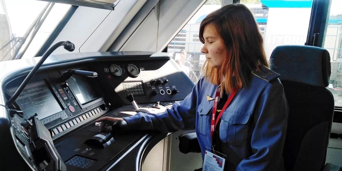 Московский колледж впервые выпустил девушку — машиниста локомотива