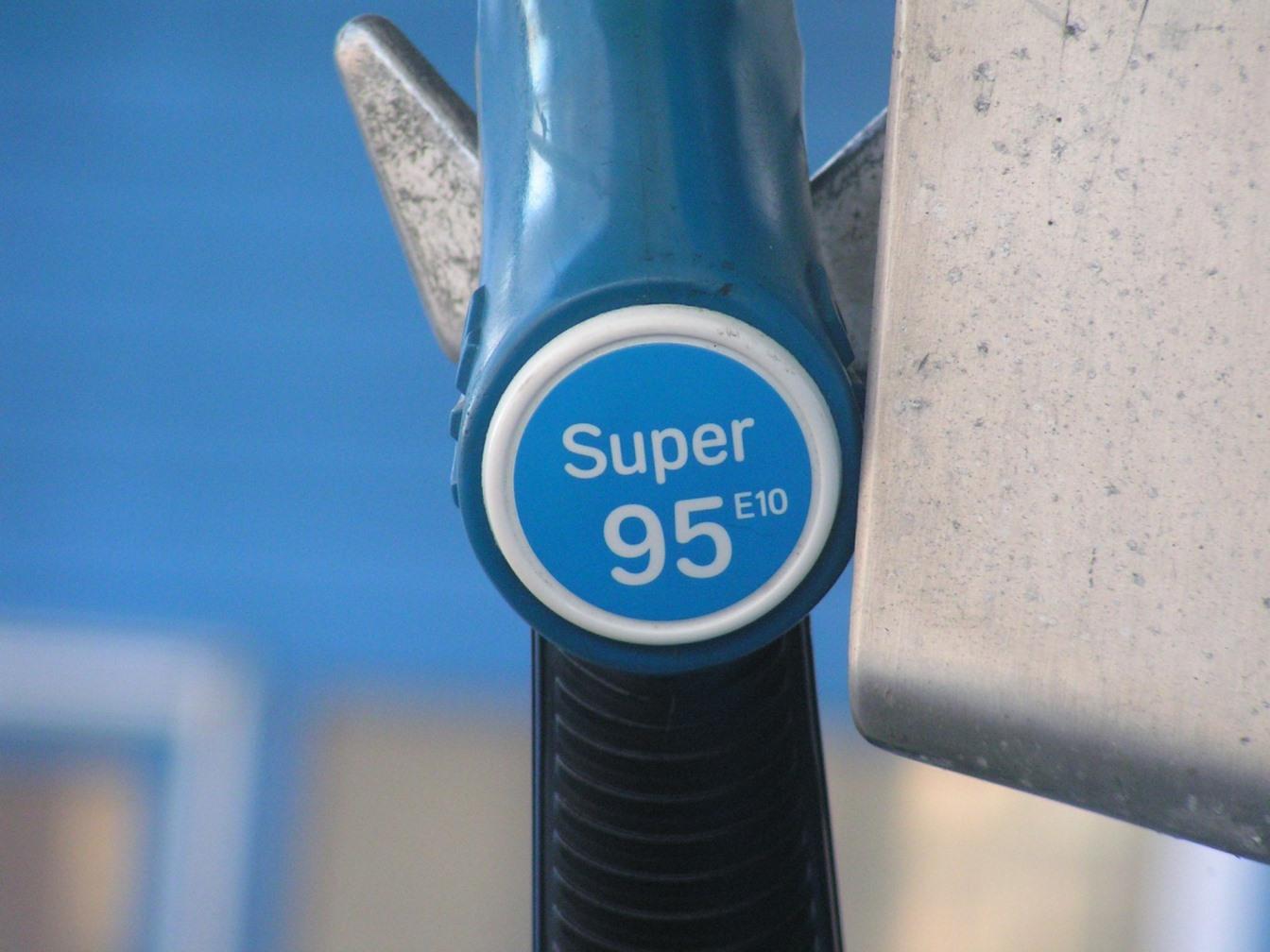 Цена бензина АИ-95 на бирже впервые превысила 60 тыс. рублей за тонну