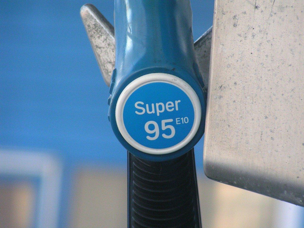 Биржевая цена на бензин АИ-95 с начала мая выросла на 4,6%