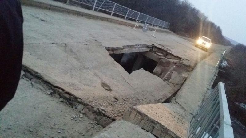 И снова осенний «мостопад»: в Приморском крае частично обрушился мост через реку Лазаревку