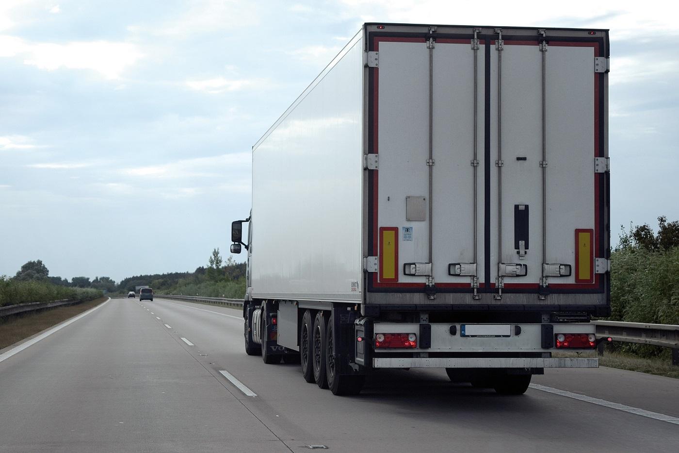 За отсутствие светоотражающей маркировки на грузовиках и автобусах предложили штрафовать