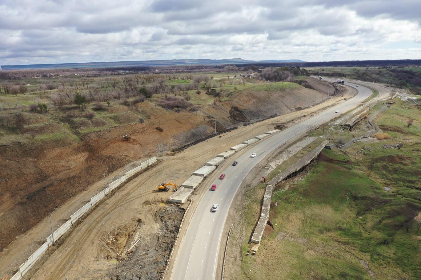 К концу года до четырех полос расширят 15 км подъездных дорог к Черкесску