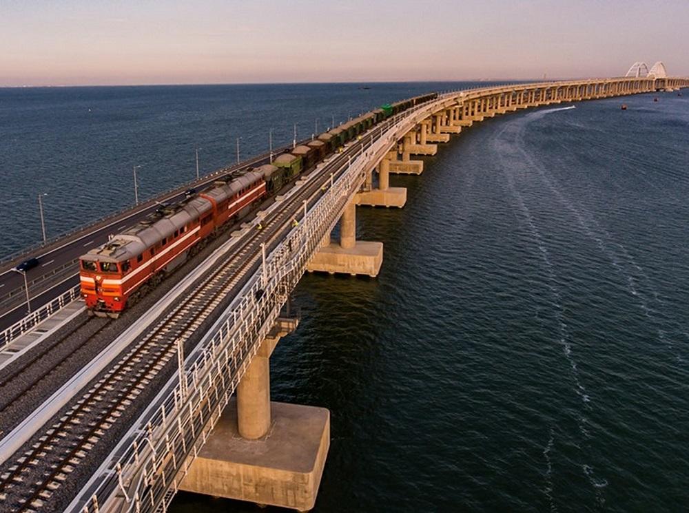 Крымский мост открыли для грузовых поездов