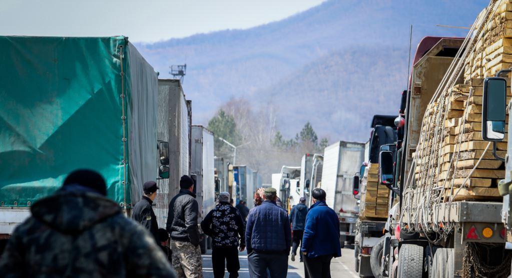 Пропуск грузовиков на границе с Китаем увеличили