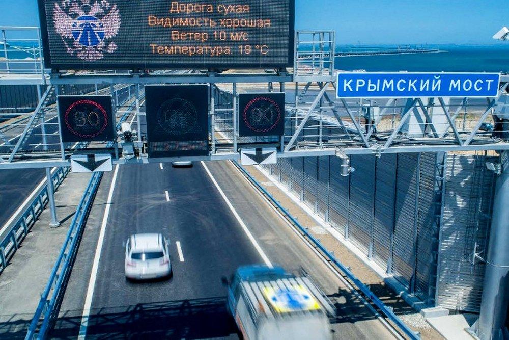 Грузовики поехали по Крымскому мосту, а бензовозы — нет