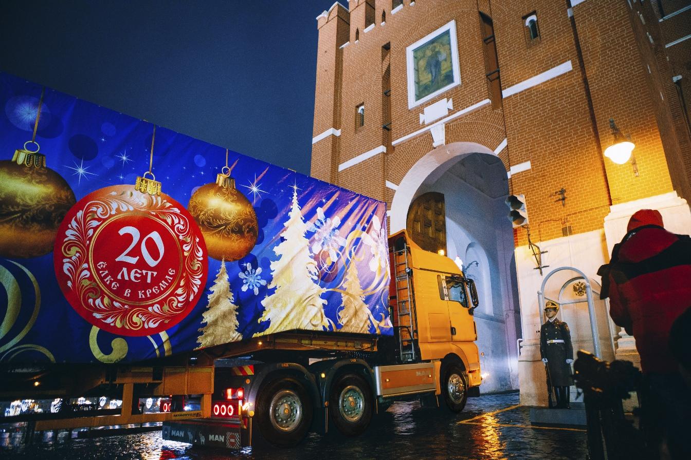 В Кремль доставили главную елку страны