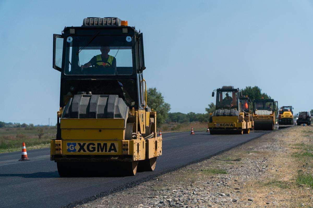 На трассе Р-215 в Калмыкии устранили еще 17 км грунтового разрыва