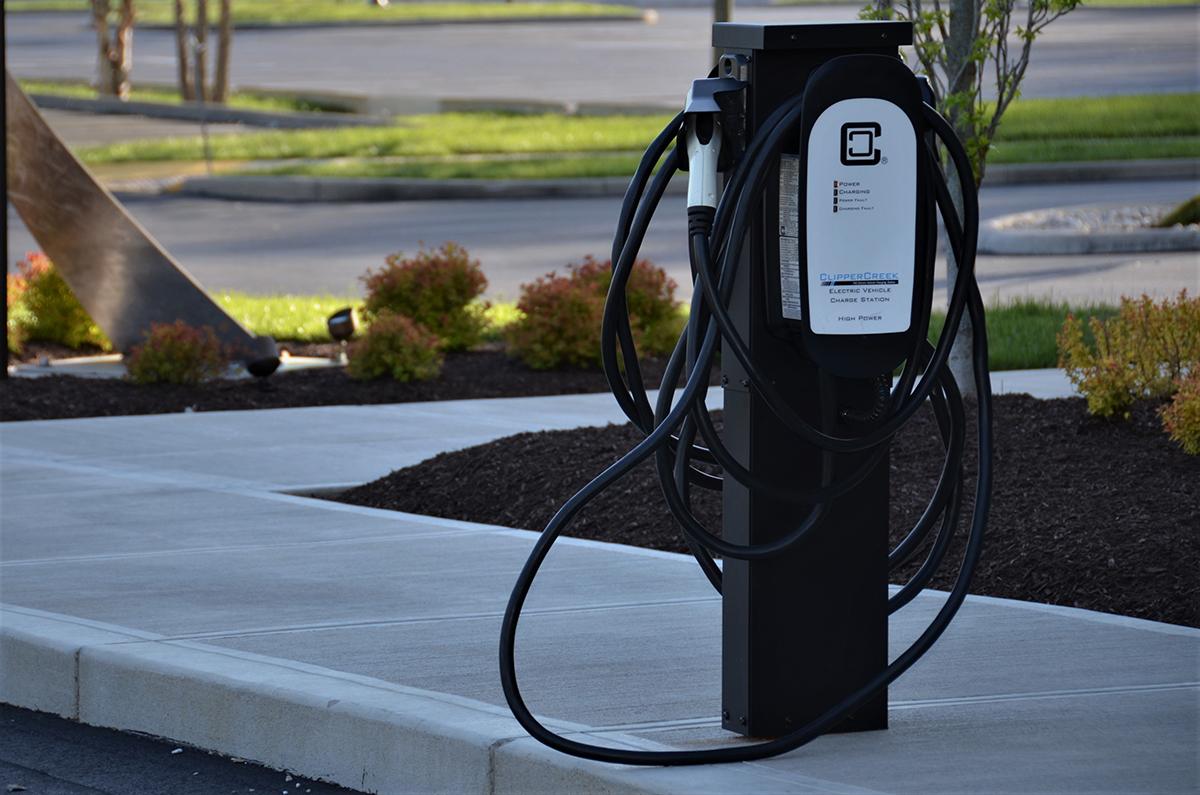 К 2024 году выпустят несколько тысяч электромобилей и зарядных станций для них