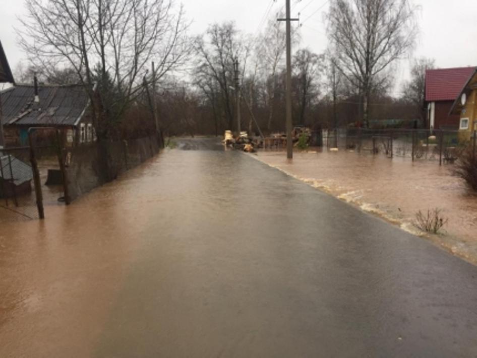 В Новгородской области началось восстановление размытых дождями дорог