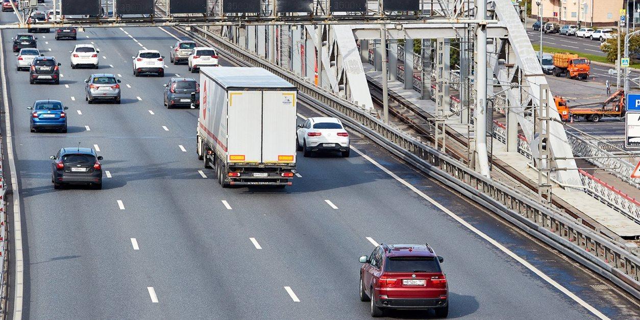 Транзитным грузовикам на год запретили въезд на МКАД
