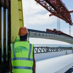 Строители соединили рельсы на железнодорожной части Крымского моста