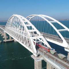Владимир Путин первым проехал по железной дороге Крымского моста